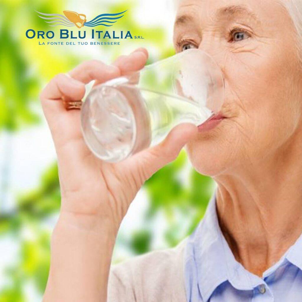 bere acqua nella terza età